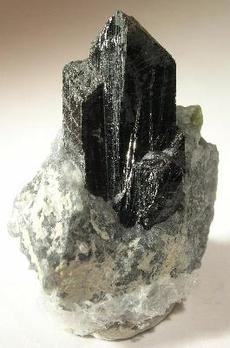 Zirkoniumoxid als kristallines Mineral ist schwarz. Die in der Zahnmedizin verwendete Form ist dagegen schneeweiß. Foto: Rob Lavinsky